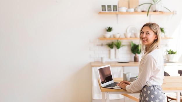 Вид сбоку смайлик женщина работает Бесплатные Фотографии