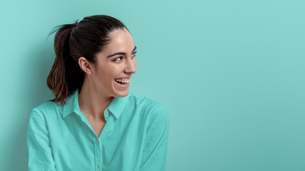 Side view of smiling woman with copy space Free Photo