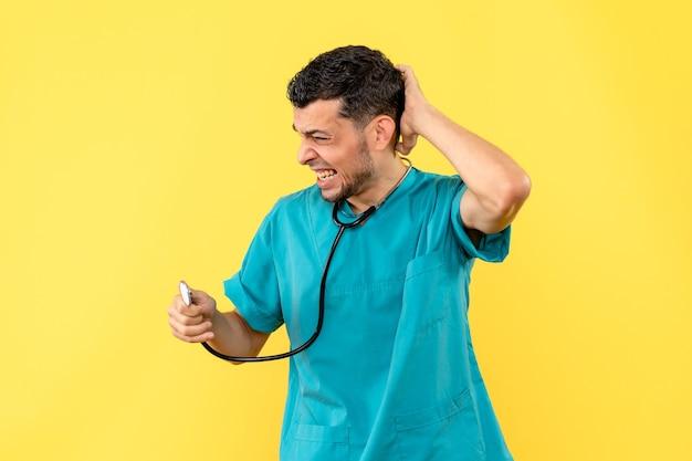 Специалист, вид сбоку, врач рассказывает пациентам, что делать при боли в шее Бесплатные Фотографии