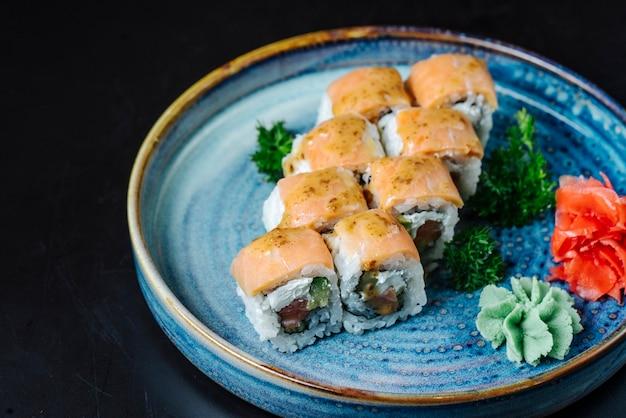 側面図寿司ロールフィラデルフィアアボカドとわさびの皿の上 無料写真