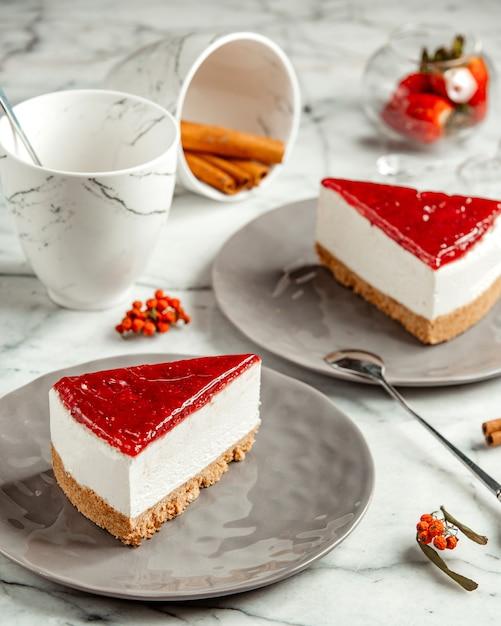 側面図2杯の紅茶とシナモンのイチゴのチーズケーキ 無料写真