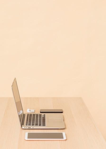 デスクのさまざまなデジタルデバイスの側面図 無料写真