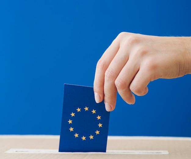 Вид сбоку женщина участвует в европейских выборах крупным планом Бесплатные Фотографии