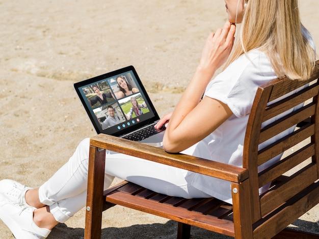 Вид сбоку женщина, имеющая видеозвонок на улице Бесплатные Фотографии