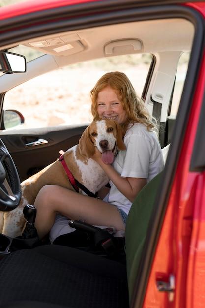Вид сбоку женщина обнимает собаку Бесплатные Фотографии