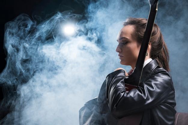 ギターとステージの煙を抱いてサイドビュー女性 無料写真