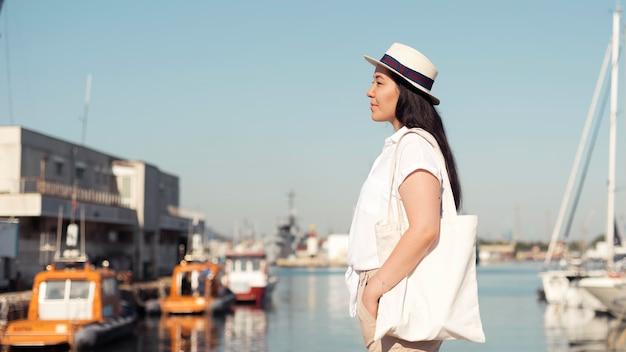 Вид сбоку женщина в гавани Бесплатные Фотографии