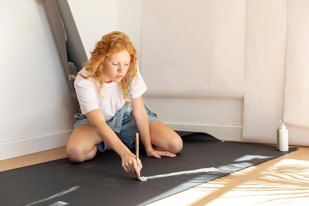 Вид сбоку женщина на полу картины Бесплатные Фотографии