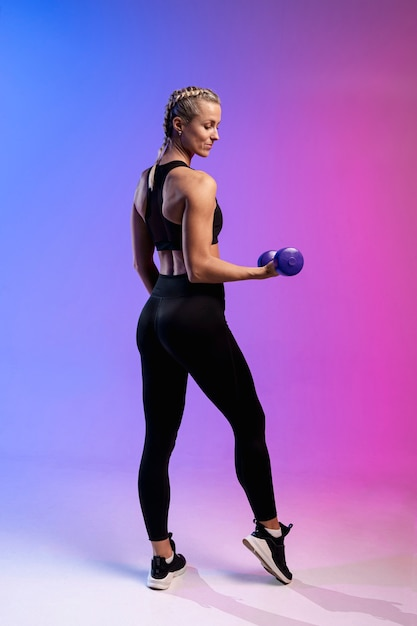 Side view woman training with weights Free Photo