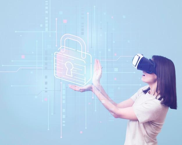 Vista laterale della donna che usando le cuffie da realtà virtuale Foto Gratuite