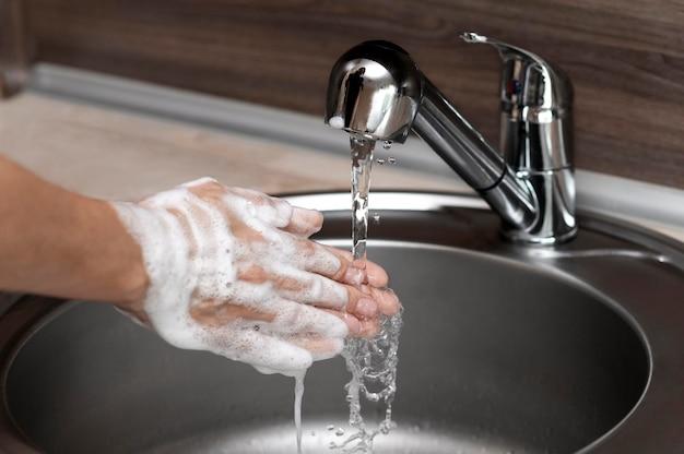 Вид сбоку женщина, мытье рук в раковине Бесплатные Фотографии