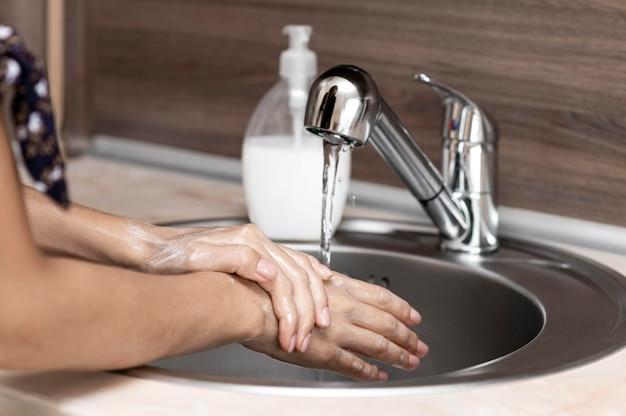 Вид сбоку женщина, мытье рук Бесплатные Фотографии