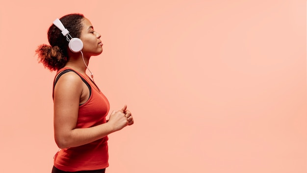 Side view woman with headphones Free Photo
