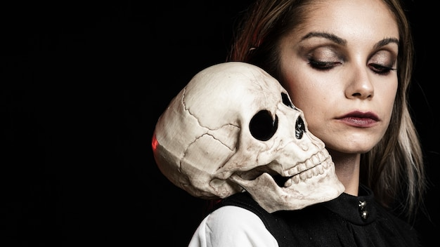 Side view of woman with skull and copy space Free Photo