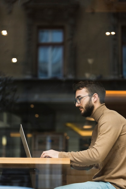 Side view young entrepreneur working Free Photo