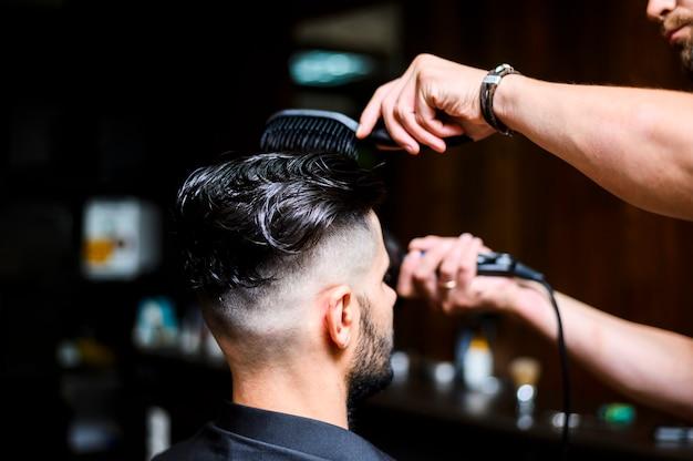 Sideways costumer at hair salon Free Photo