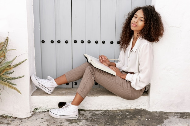 Sideways curly woman reading a book Free Photo