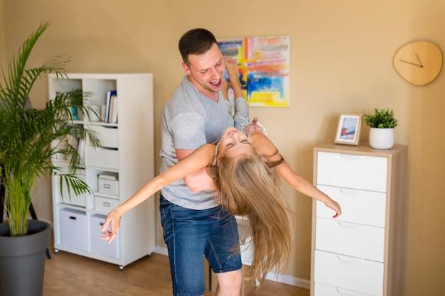 Боком отец играет с дочерью в доме Бесплатные Фотографии