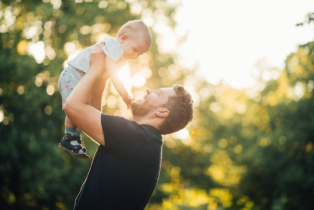 Sideways father smiling at his son Free Photo
