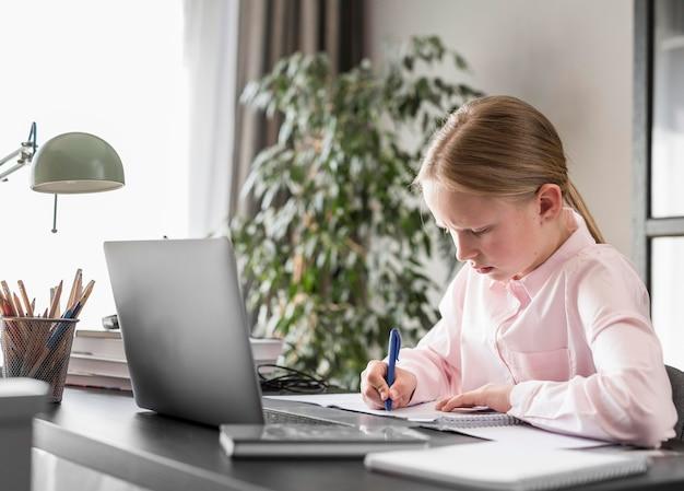 オンラインクラスに参加する横向きの少女 無料写真