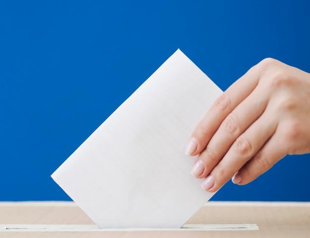 Боком женщина участвует в макете выборов Premium Фотографии