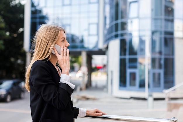 Sideways woman talking on the phone Free Photo