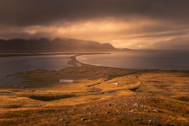 北アイスランドのsiglufjarðarvegur海岸。 Premium写真