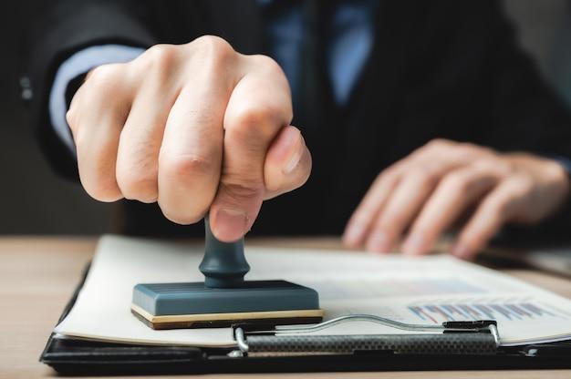 Подпишите утвержденный штамп на документе для разрешения и удостоверения рабочего документа и визы на стойке регистрации Premium Фотографии
