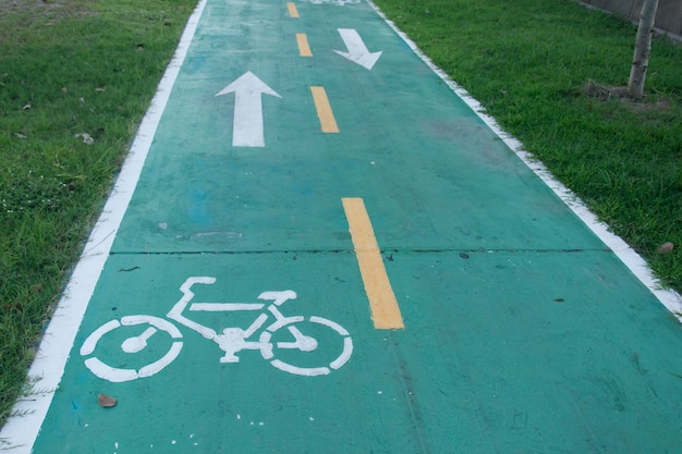 Sign for bicycle way in the park Premium Photo