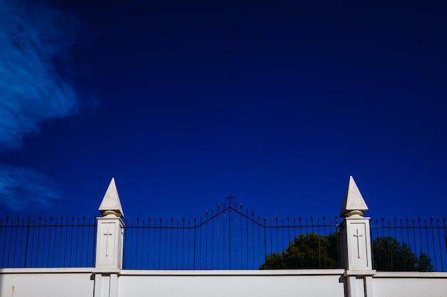 墓地の白い壁に刻まれた十字架の印、宗教的隔離の概念。 Premium写真