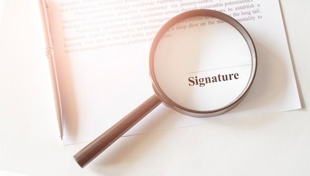 ペンと虫眼鏡との契約のsignaureライン Premium写真