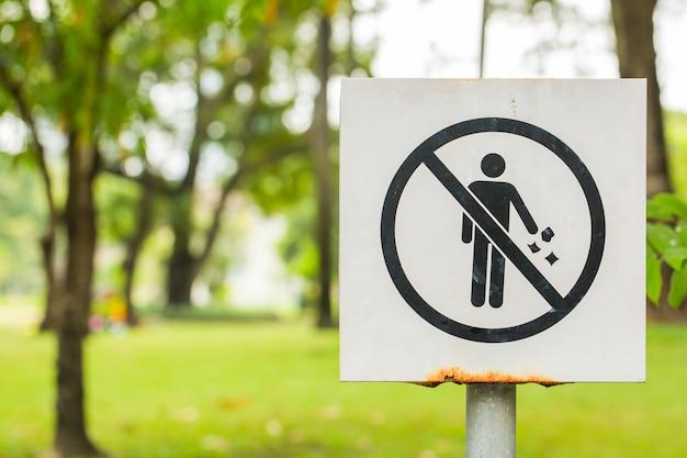 男を禁止する看板、ゴミを投げる Premium写真