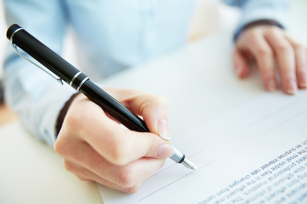 Signing a contract Free Photo