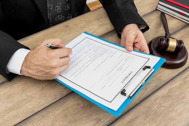Signing documents Free Photo