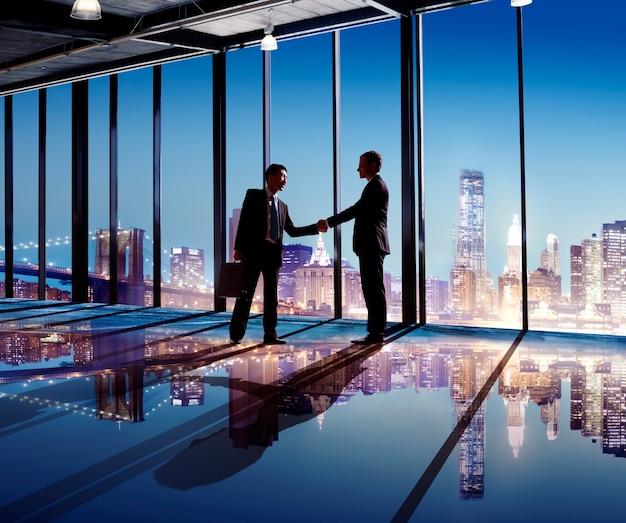 Silhouette of business people handshaking Premium Photo