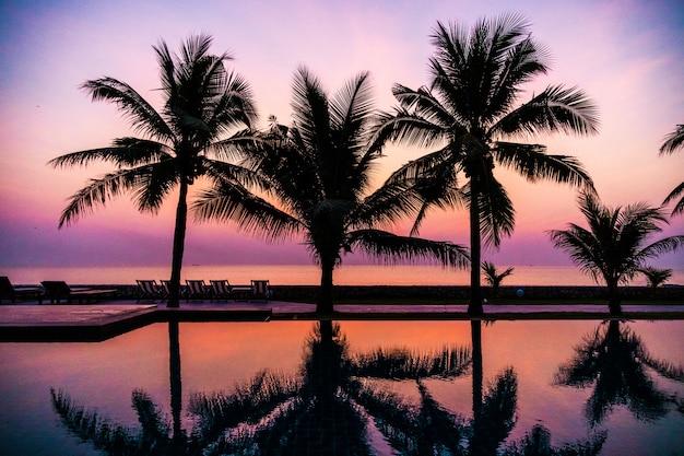 Profili il cocco intorno alla piscina all'aperto Foto Gratuite