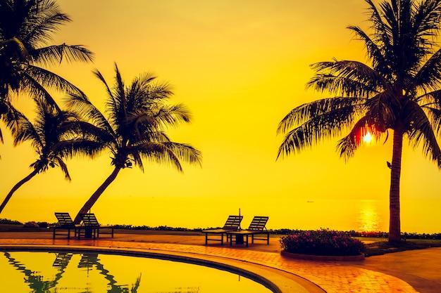 Sagoma albero di palme da cocco con piscina Foto Gratuite
