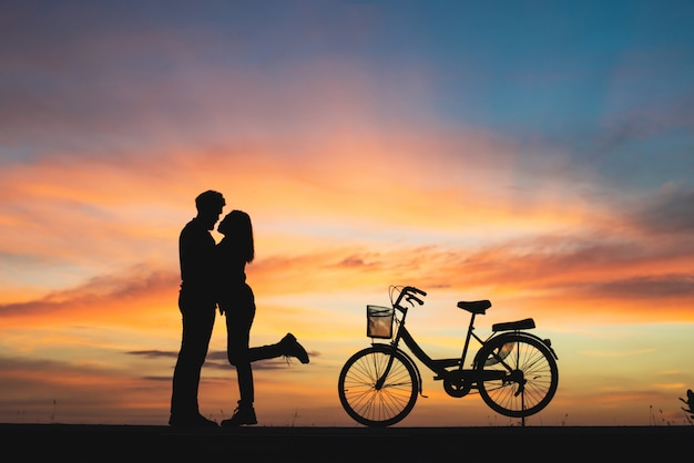 Silhouette of couple in love kissing in sunset. couple in love concept. Free Photo