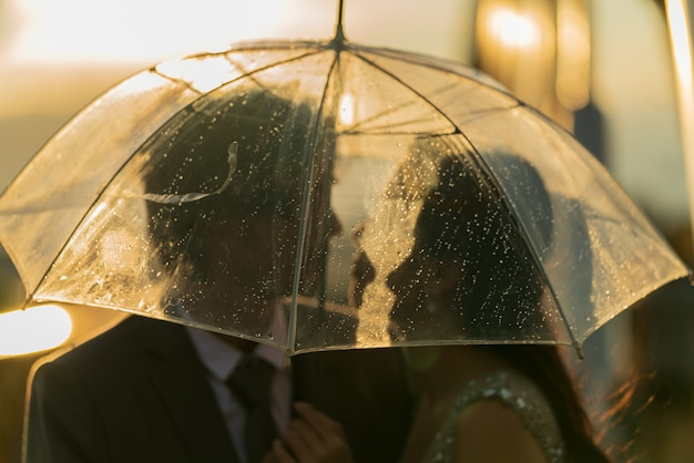 傘の下でシルエットカップルprewedding Premium写真