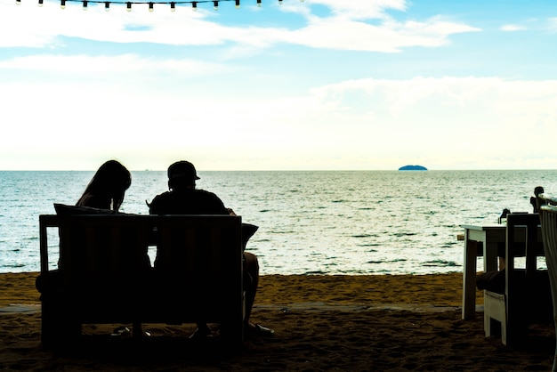 Silhouette couplee love with sea view Free Photo
