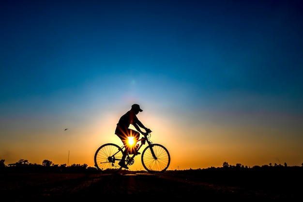 Silhouette of cyclist in sunset background. Premium Photo