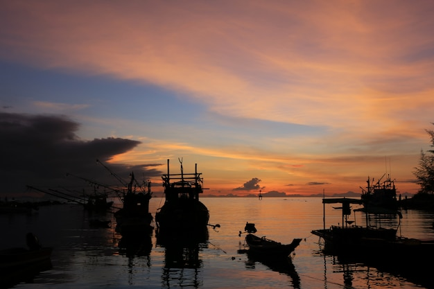 Silhouette of fishing boats at sunset Premium Photo