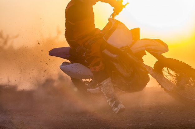 Скорость мотокросса силуэт в треке Premium Фотографии