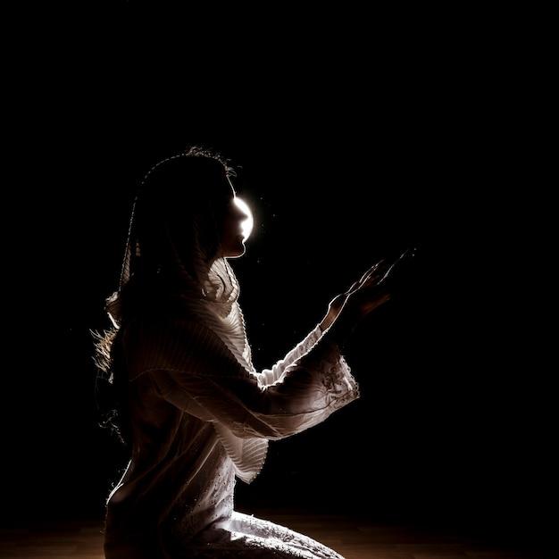 Silhouette of muslim woman praying Photo | Free Download