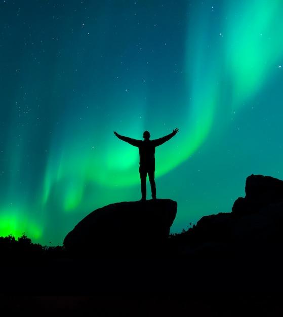 밤하늘을 보는 남자의 실루엣 프리미엄 사진