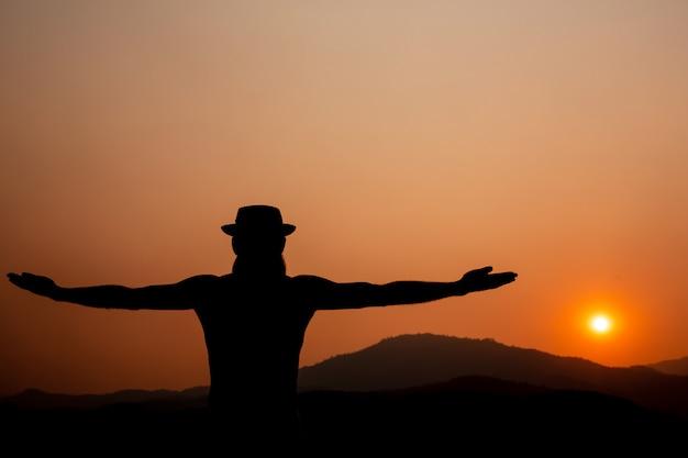 Силуэт человека с вытянутыми руками. Бесплатные Фотографии