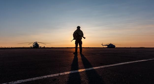 軍人のシルエット Premium写真