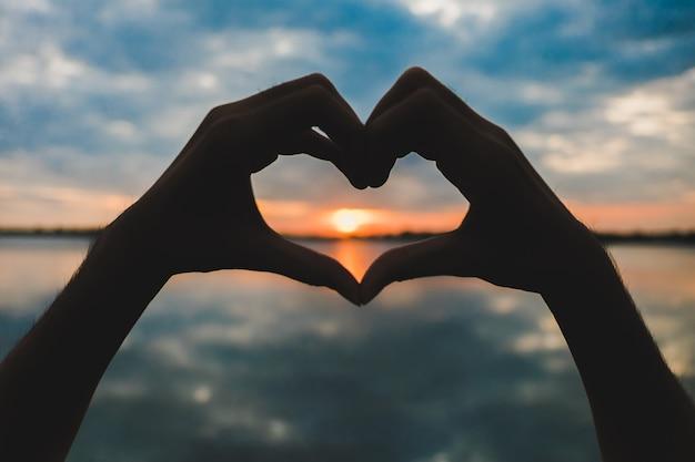 Силуэт сердца, сделанный вручную Premium Фотографии