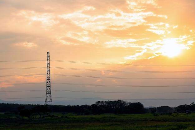 Силуэт структуры электрического полюса высокого напряжения Premium Фотографии