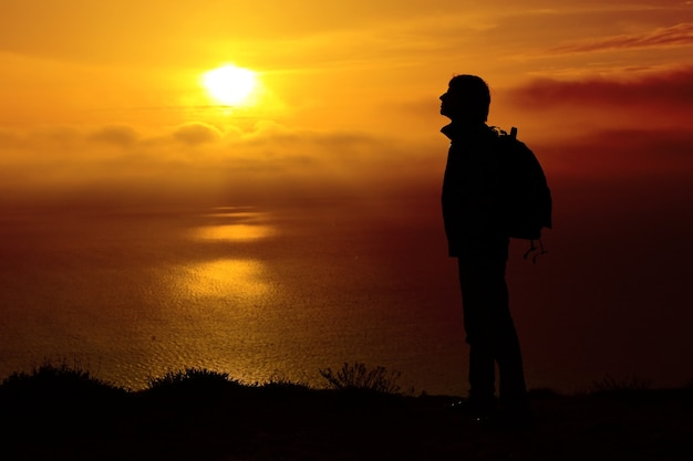 Силуэт человека на закате. элемент дизайна. Premium Фотографии